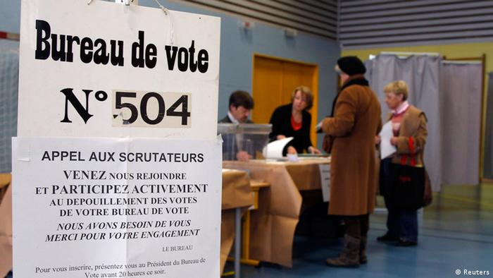 A woman casts her ballot at a polling station in the first round of the 2012 French presidential election in Strasbourg, April 22, 2012. REUTERS/Vincent Kessler (FRANCE - Tags: POLITICS ELECTIONS)
