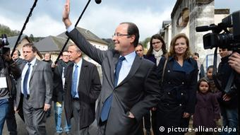 epa03192221 French Socialist Party (PS) candidate for the 2012 French presidential election, Francois Hollande (C) waves to onlookers after casting his vote for the first round of France's presidential elections at a polling station in Tulle, France, 22 April 2012. Walking behind him is French journalist Valerie Trierweiler (R), partner of Socialist Party (PS) candidate Francois Hollande. France was voting 22 April in a first round of a presidential election, in which Socialist frontrunner Francois Hollande is tipped to defeat incumbent French President Nicolas Sarkozy. EPA/CAROLINE BLUMBERG +++(c) dpa - Bildfunk+++