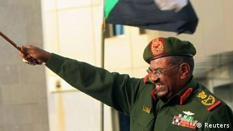 Sudanese President Omar Hassan al-Bashir waves to supporters after receiving victory greetings at the Defence Ministry, in Khartoum April 20, 2012. South Sudan said on Friday it would withdraw its troops from the disputed Heglig oil region more than a week after seizing it from Sudan, pulling the countries back from the brink of a full-blown war. Sudan quickly declared victory, saying its armed forces had liberated the area by force as thousands of people poured onto the streets of Khartoum cheering, dancing, honking car horns and waving flags. REUTERS/ Mohamed Nureldin Abdallah (SUDAN - Tags: MILITARY CONFLICT POLITICS) Generalleutnant Umar Hasan Ahmad al-Baschir (arabisch ‏عمر حسن أحمد البشير‎, DMG ʿUmar Ḥasan Aḥmad al-Bašīr; * 1. Januar 1944 in Hosh Bannaga bei Schandi, Sudan) ist der Staatspräsident des Sudan, der 1989 nach einem unblutigen Militärputsch an die Macht kam und das Land nach einer islamisch-fundamentalistischen Haltung regiert. Seit 1993 ist al-Baschir Staatspräsident.