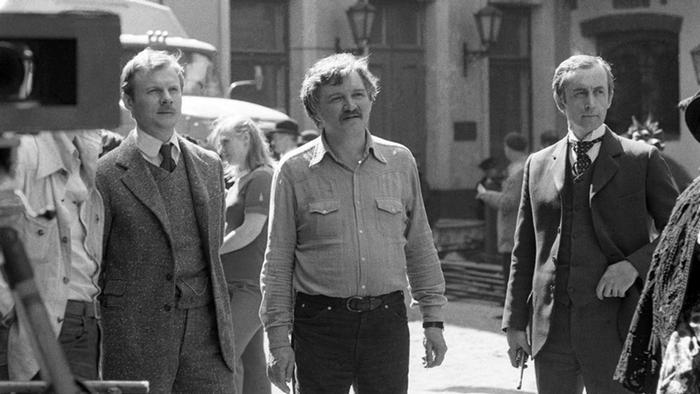 На сьемках советского ''Холмса''. Слева - Виталий Соломин. Справа - Василий Ливанов