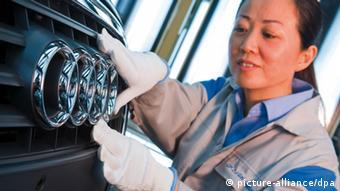 ARCHIV - Eine Frau arbeitet in der im Jahr 2009 von Audi eröffneten Montagehalle im chinesischen Changchun (Archivfoto vom 17.12.2009). China ist der größte Automarkt der Welt. Nirgendwo sonst verkaufen deutsche Autohersteller wie Volkswagen oder Audi so viele Autos. Foto: Audi AG dpa (zu dpa Ohne China läuft nichts mehr in der Welt vom 30.01.2012) +++(c) dpa - Bildfunk+++ zu Chinas Automarkt soll sich wieder erholen