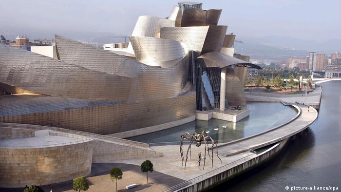 ARCHIV - Das Guggenheim-Museum in Bilbao (Archivfoto vom 13.10.2007). Das Guggenheim-Museum in Bilbao galt bislang als ein beispielloser Erfolg. Elf Jahre nach der Eröffnung der Pinakothek werfen jedoch Finanzskandale einen Schleier auf den Glanz des Museums. Foto: Alfredo Aldai (zu dpa-Korr: Finanzskandale werfen Schatten auf Guggenheim-Museum in Bilbao vom 28.12.2008) +++(c) dpa - Bildfunk+++ pixel