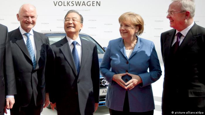 Bundeskanzlerin Angela Merkel (CDU) und Chinas Ministerpräsident Wen Jiabao (2.v.l.) werden am Montag (23.04.2012) beim Besuch des VW-Werks in Wolfsburg von VW-Aufsichtsratschef Ferdinand Piech (l) und dem Vorstandsvorsitzenden Martin Winterkorn (r) empfangen. Zuvor haben beide einen Rundgang über die weltgrößte Industrieschau, die Hannover Messe, unternommen. Partnerland ist in diesem Jahr China. Foto: Kay Nietfeld dpa/lni