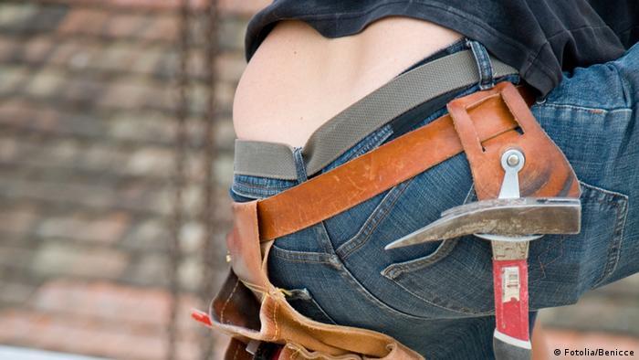 Ein Bauarbeiter mit einer leicht herunterhängenden Hose