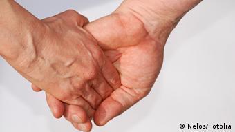 Schwules Paar Händchen halten