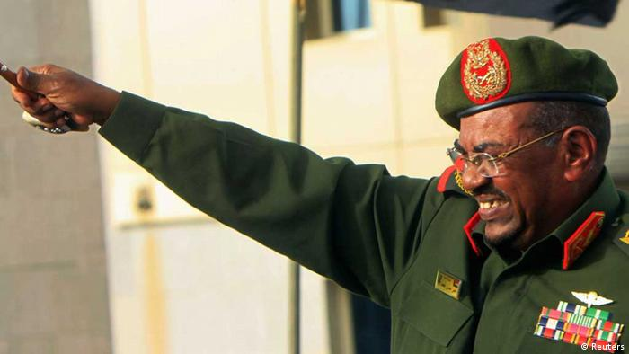Sudanese President Omar Hassan al-Bashir waves to supporters after receiving victory greetings at the Defence Ministry, in Khartoum April 20, 2012. South Sudan said on Friday it would withdraw its troops from the disputed Heglig oil region more than a week after seizing it from Sudan, pulling the countries back from the brink of a full-blown war. Sudan quickly declared victory, saying its armed forces had liberated the area by force as thousands of people poured onto the streets of Khartoum cheering, dancing, honking car horns and waving flags. REUTERS/ Mohamed Nureldin Abdallah (SUDAN - Tags: MILITARY CONFLICT POLITICS) // Eingestellt von wa