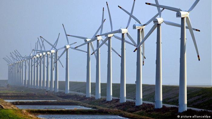 Zahlreiche Windkrafträder drehen sich am 22.9.2003 bei stürmischen Winden am Deich bei Niebüll. Die Windbranche in Deutschland steht nach Ansicht des Vizepräsidenten des Bundesverbandes Windenergie (BWE), Albers, am Scheideweg. Die zentrale Frage ist, ob die zu erwartenden Umsatzrückgänge durch den Export kompensiert werden können, sagte Albers der dpa am 23.9. am Rande der Messe HUSUMwind 2003. Die zunächst von einem Boom verwöhnte Windindustrie muss erstmals in diesem Jahr einen deutlichen Rückgang der Umsätze hinnehmen, den der BWE-Experte auf bisher knapp 25 Prozent bezifferte. Dieser Trend werde sich fortsetzen, wenn die Politik nicht gegensteuere. Als Gründe nannte Albers, dass die Finanzierungswirtschaft, also die Banken, mit eigenen wirtschaftlichen Problemen zu kämpfen habe.