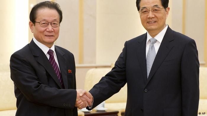 In this photo released by China's Xinhua News Agency, Chinese President Hu Jintao, right, greets North Korean envoy Kim Yong Il, head of the international department of the Workers' Party of Korea, during their meeting in Beijing Monday, April 23, 2012. The meeting was held in a reaffirmation of traditional ties following Chinese pique over Pyongyang's recent attempted rocket launch. (Foto:Xinhua, Li Xueren/AP/dapd) NO SALES