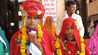An India child bride and groom (Photo: ddp images/AP Photo/Prakash Hatvalne)