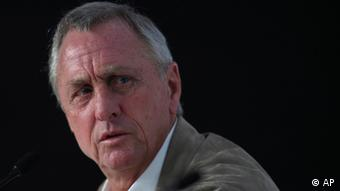 Johan Cruyff, the Dutch great who once coached Barcelona Club, pauses during his presentation as the new advisor for the Chivas de Guadalajara team at the Omnilife stadium in Guadalajara, Mexico, Saturday Feb. 25, 2012. 2012. Cruyff, 64, was introduced at a new conference where the team owner said Cruyff received a three-year contract and would be visiting the club several times each year to oversee all facets of team development from the youth system to the first team.(Foto:Bruno Gonzalez/AP/dapd)