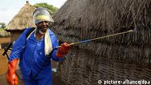 A health worker spays DDT, a powerful insecticide, on the home of Maria Madonsela in Jozini, South Africa's Malaria highest risk area, 24 April 2003. The united States warned 25 April 2003 that malaria kills a child in Africa ever 30 seconds as it marked Africa Malaria Day with the launch of a report in Kenya a a conference in London. Foto: Alexander Joe dpa