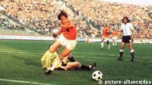 Der argentinische Torhüter Daniel Carnevali (l) hat keine Abwehrchance. Er wird vom niederländischen Spielregisseur Johan Cruyff umspielt - das vierte Gegentor. Argentiniens Fußballnationalmannschaft verliert bei der Fußball-Weltmeisterschaft in der Bundesrepublik am 26.06.1974 vor 55.000 Zuschauern im Gelsenkirchener Parkstadion in der 2. Finalrunde gegen die Niederlande am Ende mit 0:4. Vier Jahre später bestreiten beide Teams in Argentinien das Endspiel, und die Gastgeber nehmen erfolgreich Revanche. +++(c) dpa - Report+++