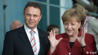 Angela Merkel con el ministro del Interior, Hans-Peter Friedrich.