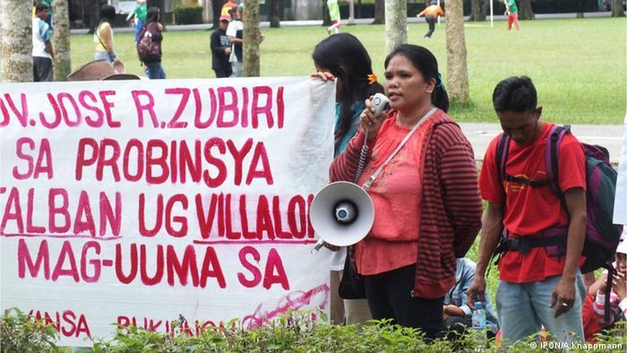 Mitglieder von PADATA demonstrieren in der Stadt Malaybalay in der Provinz Bukidnon in den Philippinen für die Rückgabe ihres ihnen rechtmäßig zustehenden Ahnenlandes (Foto: IPON/A.Knappmann)