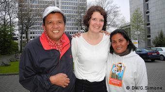 Danilo T. Gaban, Anne Lanfer und Jessielyn Colegado in Bonn (Foto: Simone/DW)