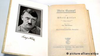 Die Erstausgabe von Adolf Hitlers Mein Kampf mit einem Porträt Hitlers. (Copyright: picture-alliance/dpa)