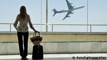 Eine Frau auf dem Flughafen Fenster