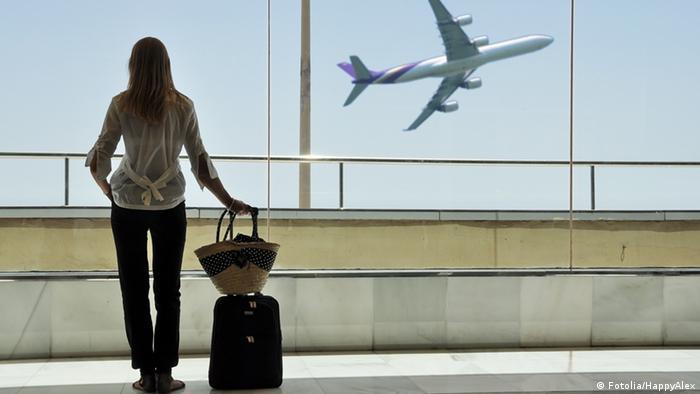 Eine Frau auf dem Flughafen Fenster (Fotolia/HappyAlex)