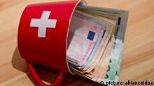 ILLUSTRATION - Euro-Scheine stecken in einer Tasse mit der Schweizer Flagge, aufgenommen am 03.04.2012 in Nürnberg (Mittelfranken). In die Schweiz gebrachtes Vermögen deutscher Bürger aus den vergangenen zehn Jahren soll mit bis zu 41 Prozent besteuert werden. Das haben Deutschland und die Schweiz nach langen Verhandlungen am Donnerstag vereinbart. Im Bundesrat ist die Regierungskoalition jedoch auf SPD und Grüne angewiesen. Foto: Daniel Karmann dpa/lby (zu dpa «Poker um deutsches Schwarzgeld in der Schweiz und kein Ende» vom 06.04.2012) pixel