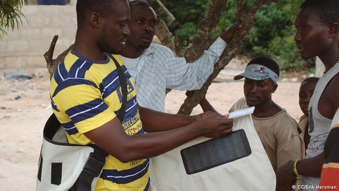 Solarbetriebene Tasche in Afrika (Foto: CC/Erik Hersman)
