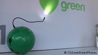 ein grüner Fußball, der als Batterie dient, weil er beim Spiel Energie erzeugt (Foto: CC/LoveGreenPhotos)