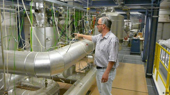معمل في في معهد البحوث التقني في كارلسرويه الألمانية يحاكي عملية فصل التفايات النووية