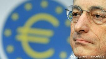 Draghi vor Euro-Münze Foto: picture-alliance/dpa
