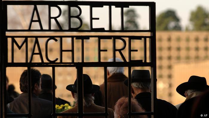 Ворот в Заксенхаузен с надписью Arbeit macht frei