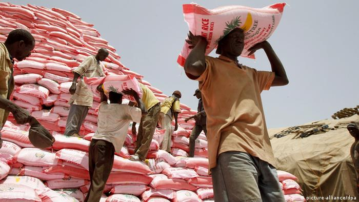 Dakar, Senegal, april 19th 2008. The soaring cost of staple foods and the resulting hunger crisis. Men load a truck with bags of rice from Thailand. They will be divided into different regions in Senegal. Foto: Maxppp De Poulpiquet +++(c) dpa - Report+++