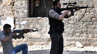 Zwei Kämpfer der Freien syrischen Armee in Homs, 22. 4. 2012. (Foto:AP/dapd)