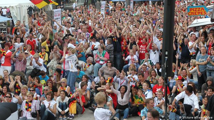 Fußballfans beim Public Viewing (Foto: dpa)
