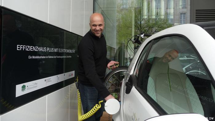 يورغ يشحن إحدى سيارتي العائلة الكهربائيتين سلكياً