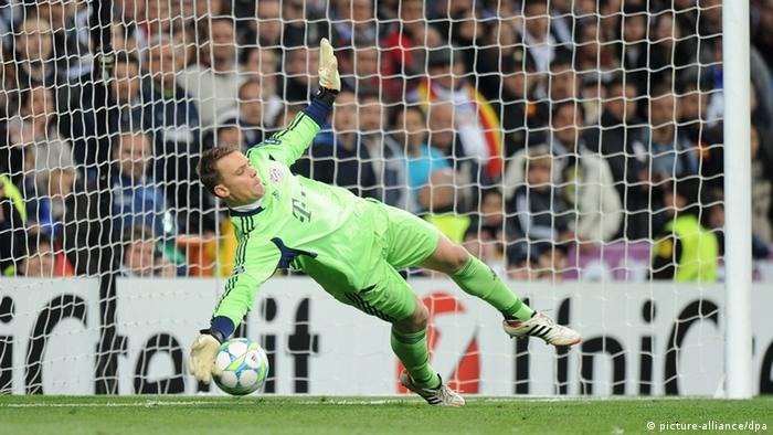 Manuel Neuer stops a penalty (picture-alliance/dpa)