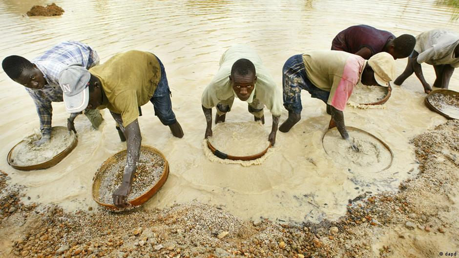 Miners pan for diamonds near Koidu in northeastern Sierra Leone near the Guinean border, in this June 8, 2004 file photo (Photo: Ben Curtis)