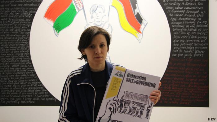 Марина Напрушкина c газетой Белорусское самоуправление