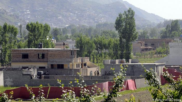 Pakistani soldiers secure the compound where al-Qaeda former leader Osama bin Laden was killed by the US military forces in an operation in Abbotabad, Pakistan on 02 May 2011 (EPA/T. MUGHAL +++(c) dpa - Bildfunk+++)