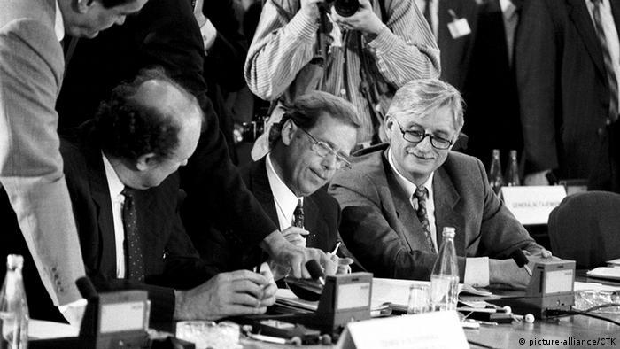 Fost disident ceh devenit preşedinte, Vaclav Havel semnează desfiinţarea Tratatului de la Varşovia