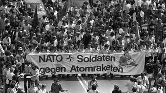 Bildergalerie Geschichte der NATO Demonstration gegen Doppeltbeschluss Hofgarten Bonn 1982 (AP)