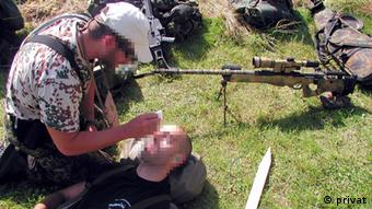 KSK-Soldat Markus Kreutzer (Name geändert) übt die Sanitätsversorgung bei einem Kameraden (Foto: privat)