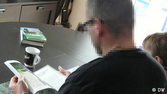 Der KSK-Soldat Markus Kreutzer (Name geändert) mit seinem Sohn am Tisch (Foto: DW)