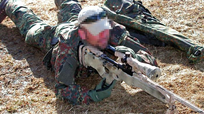 Der Soldat Markus Kreutzer (Name geändert) hält liegend ein Gewehr im Anschlag (Foto: privat)