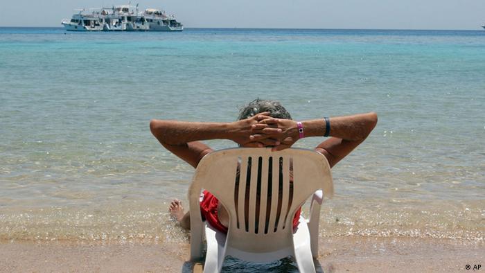 Tourist sonnt sich Strand des Roten Meeres (Foto: Adam Butler (Foto: AP)