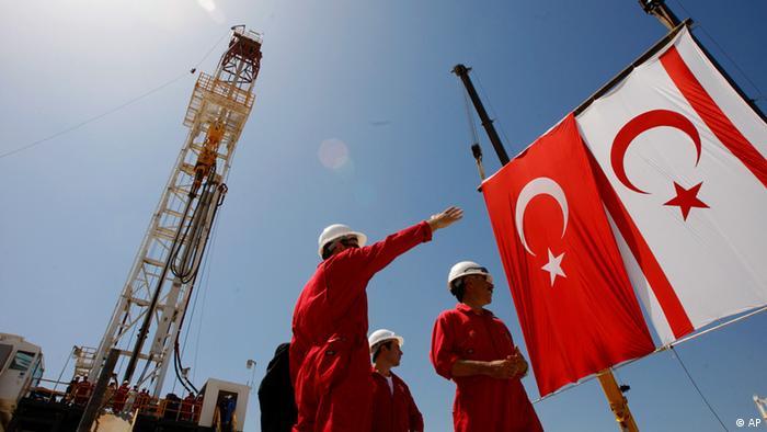 Bušotina pored zastava Turske i turske enklave na Cipru