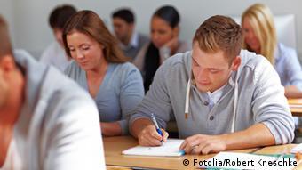 Berufschüler lernen im Seminar einer Fachhochschule. #35641899