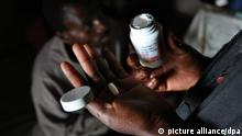 Swasiland AIDS-Patient bekommt antiretrovirales Medikament (picture alliance/dpa)