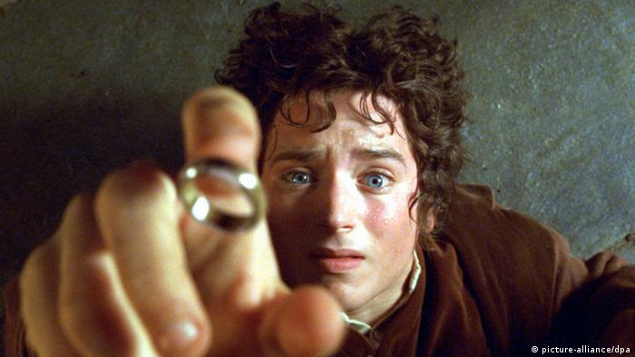 Frodo grabs the ring - film szene The Lord of the Rings (picture-alliance/dpa)