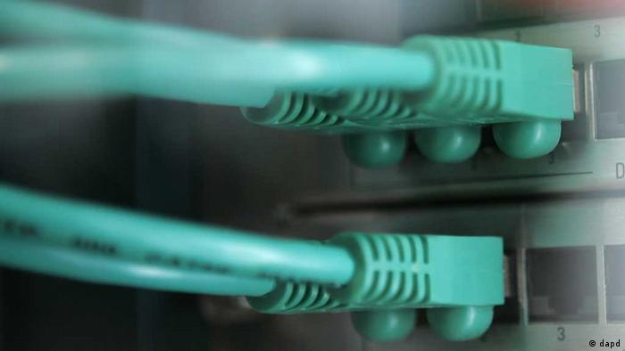 Netzwerkkabel in einem Server. (ddp images/AP Photo/Joerg Sarbach)