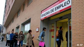 People enter an unemployment office in Madrid Tuesday April 3, 2012. The number of people filing for unemployment benefits in Spain rose by nearly 39,000 last month to a little over 4.75 million. March's increase, reported by the Labor Ministry Tuesday, was the eighth straight monthly increase. The total filing for benefits is up nearly 10 percent on a year ago. (Foto:Paul White/AP/dapd)