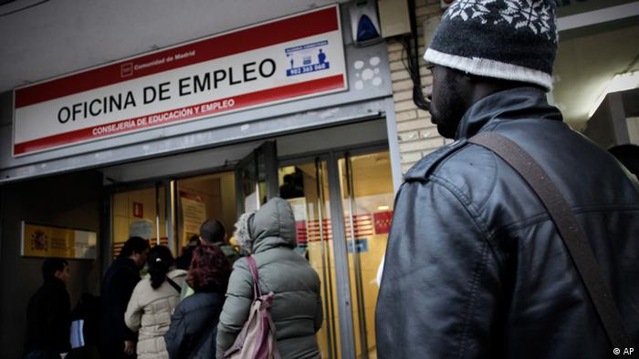 People queue outside an unemployment registry office in Madrid, Friday, Dec. 2, 2011. Spain's Labor Ministry says the number of people filing for unemployment benefits rose by 59,536 in November with a total seeking benefits of 4,420,462. Spain's jobless rate stands at a 15-year high of 21.5 percent, the highest in the eurozone, and the economy posted zero growth in the third quarter. Party leader Mariano Rajoy is due to take office as prime minister Dec. 21. He is expected to introduce severe economic reforms in a bid to reboot the ailing economy. (Foto:Alberto Di Lolli/AP/dapd)