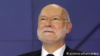 An older man with a white beard (Joachim Starbatty) smiles off-camera. (Photo: Karlheinz Schindler)